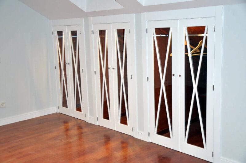 armarios empotrados lacados con puertas con crucetas