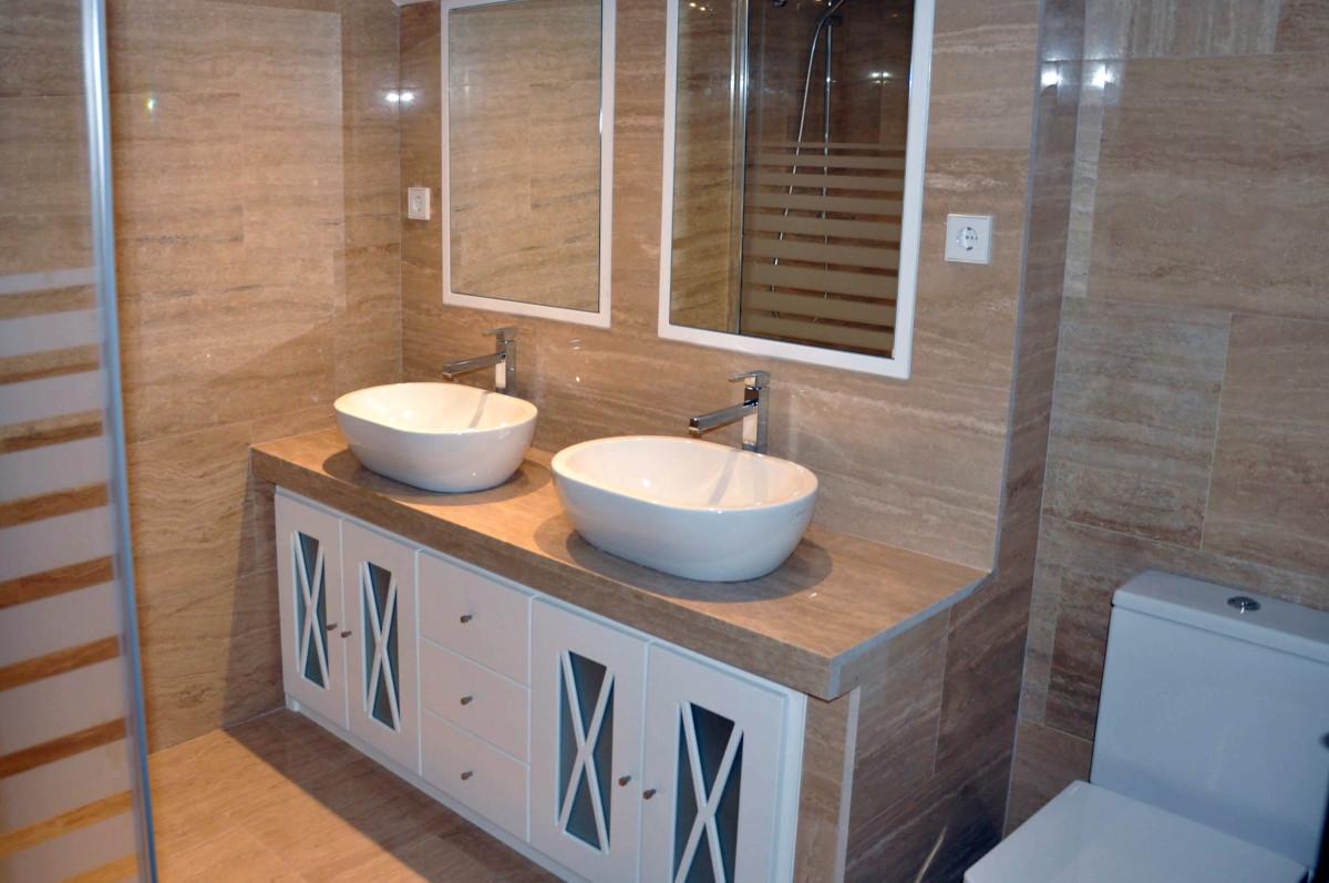 Reforma baño con marmol travertino en Majadahonda