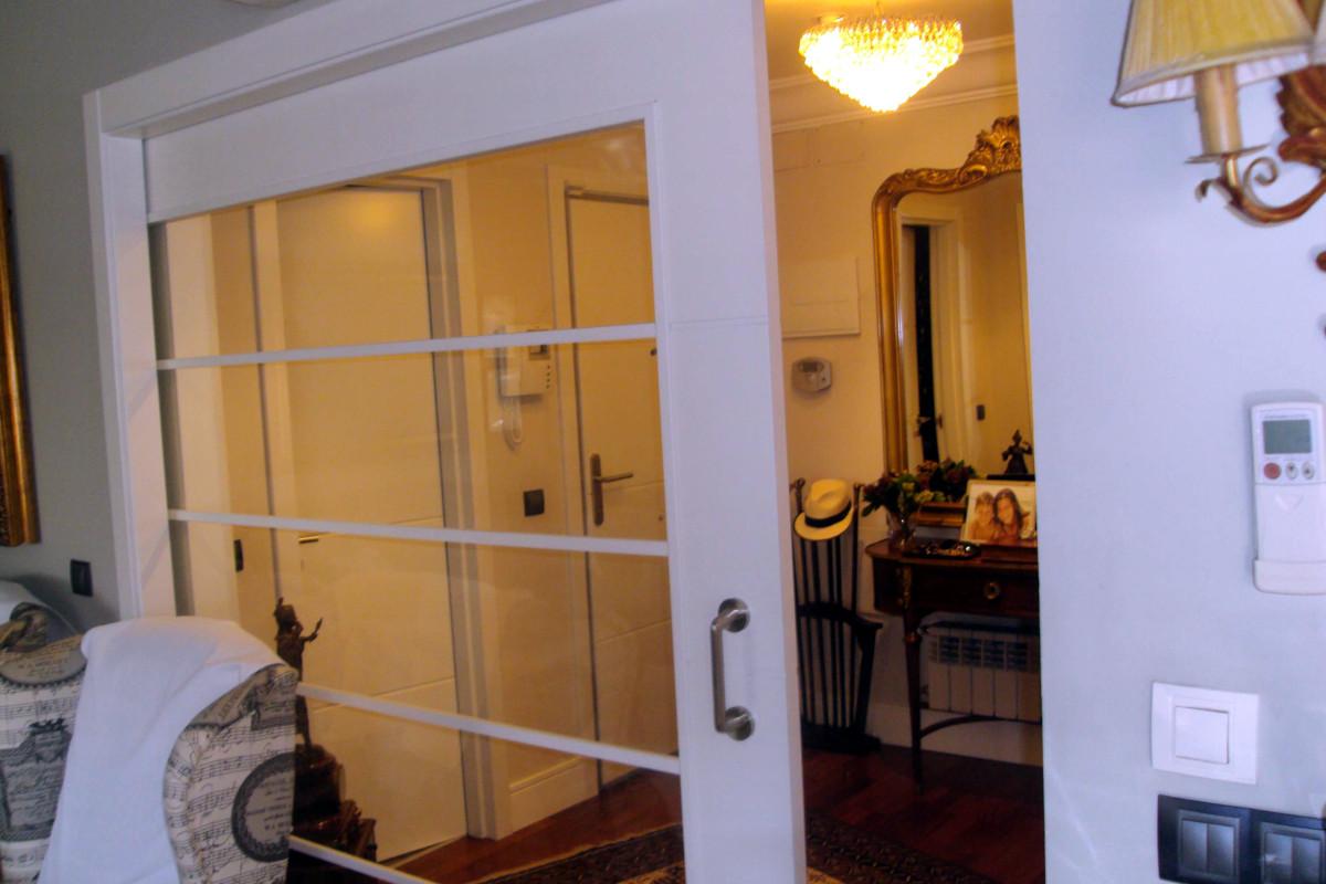 Puerta corredera lacada para salón