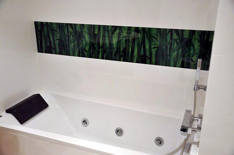 Reforma baño blanco con detalle juncos