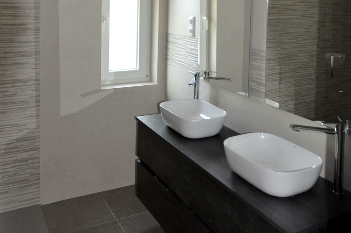 Reforma de baño principal con 2 lavabos y ducha